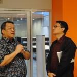 Dr. Ir. Boto Simatupang memberkan penjelasan kepada Duta Besar Arif Havas Oegroseno mengenai perpustakaan Binus