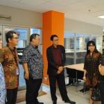 Duta Besar Arif Havas Oegroseno mendengarkan pemaparan dari Kepala Perpus Binus, Ibu Karen Salamat