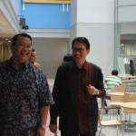 Dr. Boto Simatupang menemani Duta Besar Arif Havas Oegroseno dalam melihat fasilitas Kampus Anggrek Binus