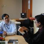 Duta Besar Arif Havas Oegroseno berbincang bersama rektor Binus Prof. Dr. Harjanto Prabowo sebelum memberikan kuliah umum