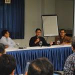 Prof. Dr. Harjanto Prabowo, Duta Besar Arif Havas Oegroseno, dan Dr. Tirta Mursitama (kepala departemen HI Binus) dalam seminar Business and Diplomatic