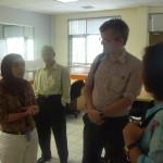 pengajar Hubungan Internasional, Dini Adiba sedang berdiskusi dengan Prof. Malcolm Cook