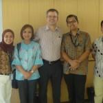Foto bersama pengajar HI Binus (Tirta Mursitama, Dini Septanti) dan Prof. Malcolm Cook dari Flinders University), beserta perwakilan International Office (Reza) dan representatif Flinders University di Indonesia (Siska)