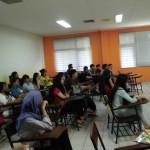 mahasiswa menyimak penjelasan Kepala Departemen HI Binus University