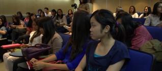 mahasiswa memperhatikan paparan kuliah