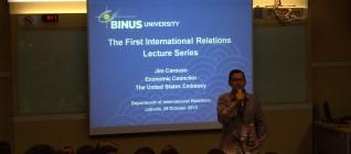 Ketua Jurusan Program HI Binus memberikan arahan kepada mahasiswa