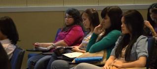 mahasiswa memperhatikan kuliah dengan seksama