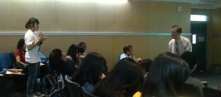 mahasiswa bertanya mengenai konflik di Laut Cina Selatan