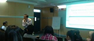 Prof. Samuel C.Y. Ku mendengarkan pertanyaan mahasiswa