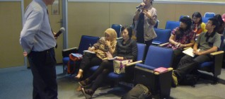 mahasiswa menyimak dengan seksama kuliah Prof. Samuel C.Y. Ku