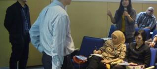 mahasiswa memberikan pertanyaan kepada Prof. Samuel C.Y. Ku