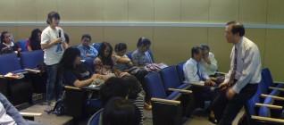 Prof. Samuel C.Y. Ku mendengarkan pertanyaan dari mahasiswa HI Binus