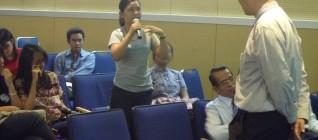 Mahasiswa HI Binus memberikan pertanyaan bertubi-tubi kepada Prof. Samuel C.Y. Ku sehingga membuat kuliah umum semakin hangat