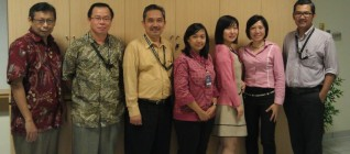 foto bersama prof Chika dengan Dosen dari Departemen Hubungan Internasional dan Departemen Hukum Bisnis