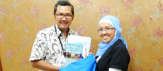 Dr. Tirta Mursitama (Kajur HI BINUS) bersama Nurul Rochayati (UNHCR)