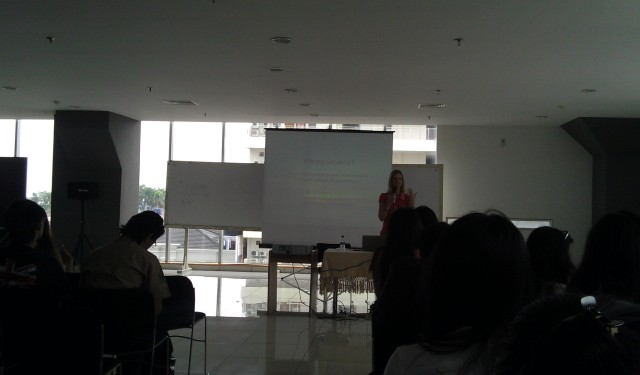 Dr. Chatrine memaparkan presentasinya (1)