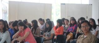 mahasiswa dengan seksama memperhatkan kuliah tamu