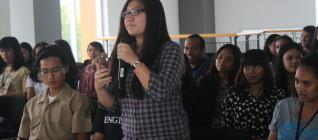 mahasiswa memberikan pertanyaan
