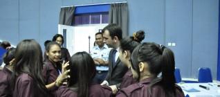 Berdiskusi dengan salah satu Pembicara di Seminar UN Peacekeeper Day