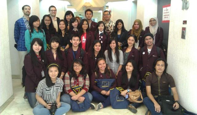 Foto bersama Mahasiswa HI Binus dengan Staf EU