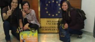 Mahasiswa dan Dosen berfoto di dalam gedung EU