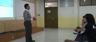 Shofwan Al Banna, PhD memberikan pelatihan penulisan esai kepada mahasiswa Binus