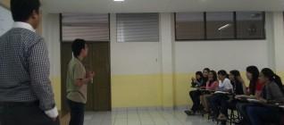 salah seorang mahasiswa mempresentasikan ide awal esainya