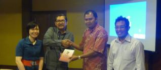 Bapak M Farid Sunarto Wakil Ketua KADIN Solo menyampaikan data berupa Kumpulan Perda Solo 24 April 2013