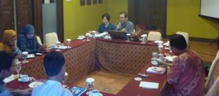 Ketua Tim Peneliti Hikom HI BINUS memimpin diskusi dalam FGD bersama KADIN Solo 24 April 2013