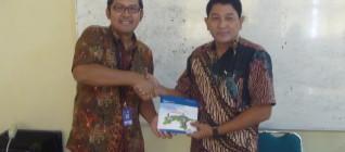 Ketua Tim Peneliti Hikom HI BINUS menyerahkan Pamflet BINUS kepada Ketua Jurusan HI UNISRI 23 April 2013