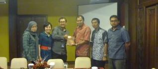 Ketua Tim Peneliti Tirta Mursitama PhD menyerahkan Buku Memenangi Globalisasi kepada Bapak M Farid Sunarto Wakil Ketua KADIN Solo 24 April 2013