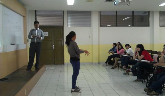 Mahasiswa presentasi di depan rekan sekelas