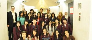 Mahasiswa berfoto bersama di EU Embassy