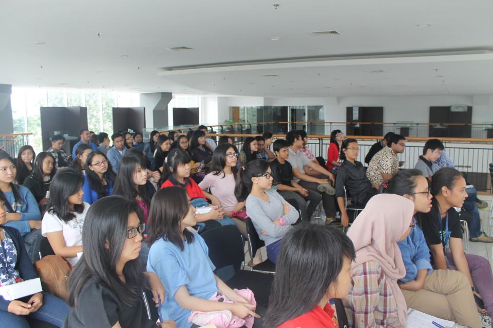 Mahasiswa HI Binus menyimak kuliah umum dengan seksama