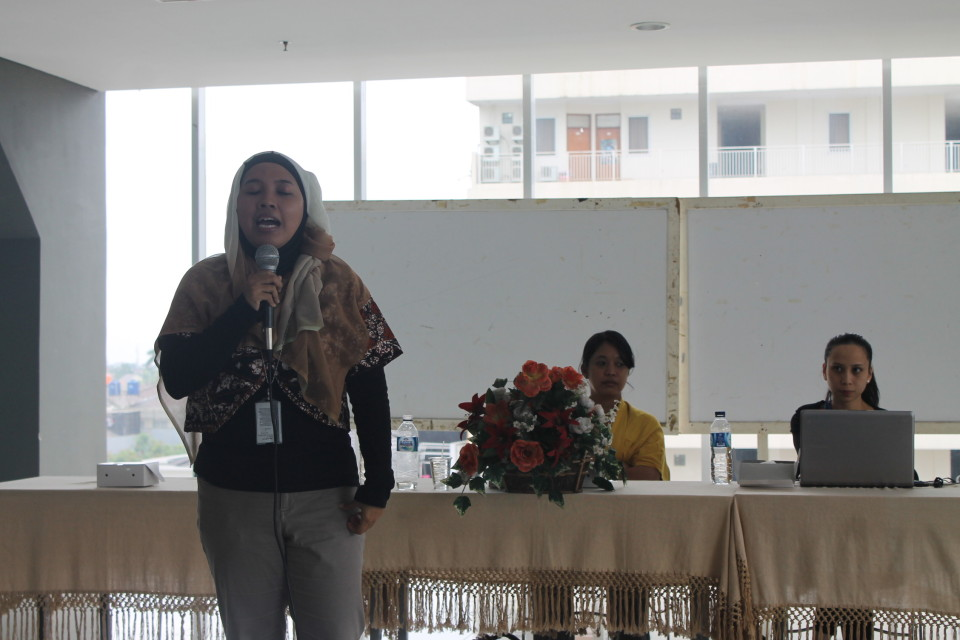 Ibu Nurul dari UNHCR memberikan pemaparannya