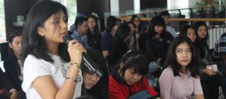 salah seorang mahasiswa HI Binus antusias bertanya kepada pembicara