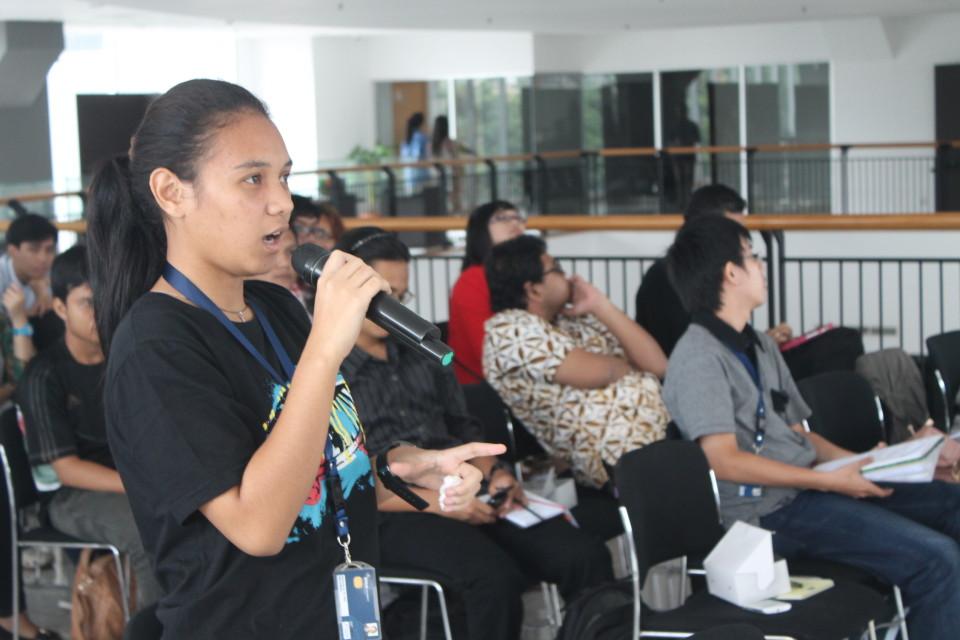 Mahasiswa HI memberikan pertanyaan dalam seminar