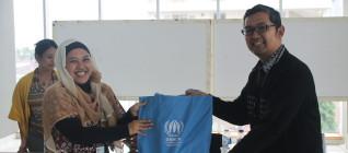 Penyerahan kenang-kenangan dari UNHCR kepada Departemen HI Binus