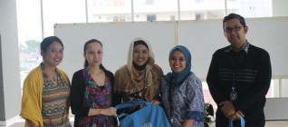 Dari Kiri ke Kanan: Ibu Intan (Church WorldService), Ibu Mitra (Public Relations UNHCR), Ibu Nurul (National Protection Officer UNHCR), Ibu Dini (Dept. HI Binus) dan Bapak Tirta (Dept. HI Binus)