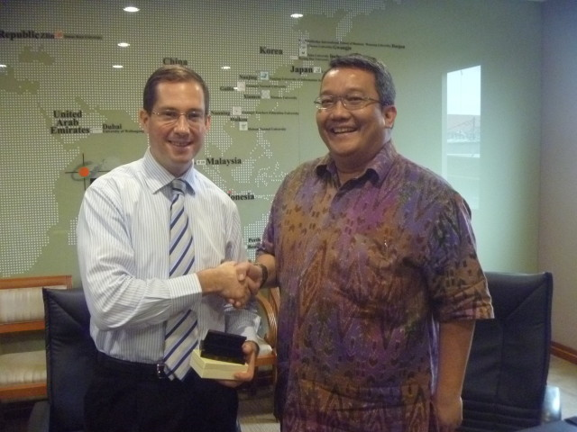 Pemberian kenang-kenangan oleh Dr. Boto Simatupang kepada Scott M. Ceremuga