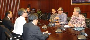 Tukar-menukar pikiran antara Menteri Luar Negeri Marty Natalegawa dan Tirta Mursitama, PhD