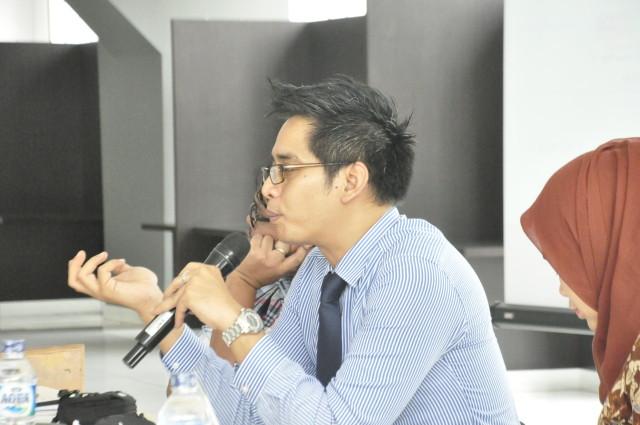 Andhika Chrisnayudanto (Kasubdit Penanggulangan Kejahatan Lintas Negara Kementerian Luar Negeri RI)  sedang memberikan pemaparan kepada mahasiswa HI Binus