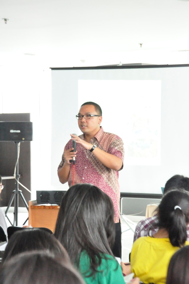 Dr. Santo Darmosumarto memaparkan ceramah mengenai politik luar negeri Indonesia