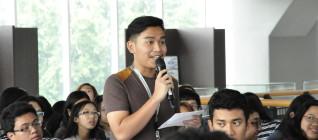 mahasiswa HI Binus memberikan pertanyaan dalam sesi tanya jawab