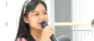 ketua Himpunan Mahasiswa HI Binus, Natachia, memberikan pertanyaan kepada Dr. Santo Darmosumanto