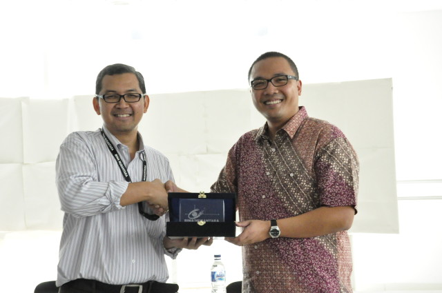 Dr. Tirta Nugraha Mursitama memberikan cinderamata kepada Dr. Santo Darmosumarto