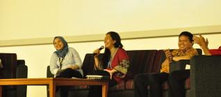 Ibu Anissa Elok Budiyani menjawab pertanyaan mahasiswa