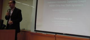 Tirta Nugraha Mursitama memberikan ceramah di depan mahasiswa NCCU
