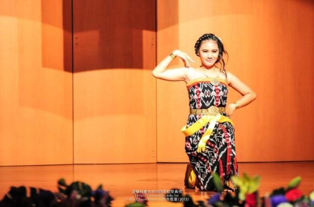 Kathleen, mahasiswa HI Binus, membawakan tari tradisional Indonesia