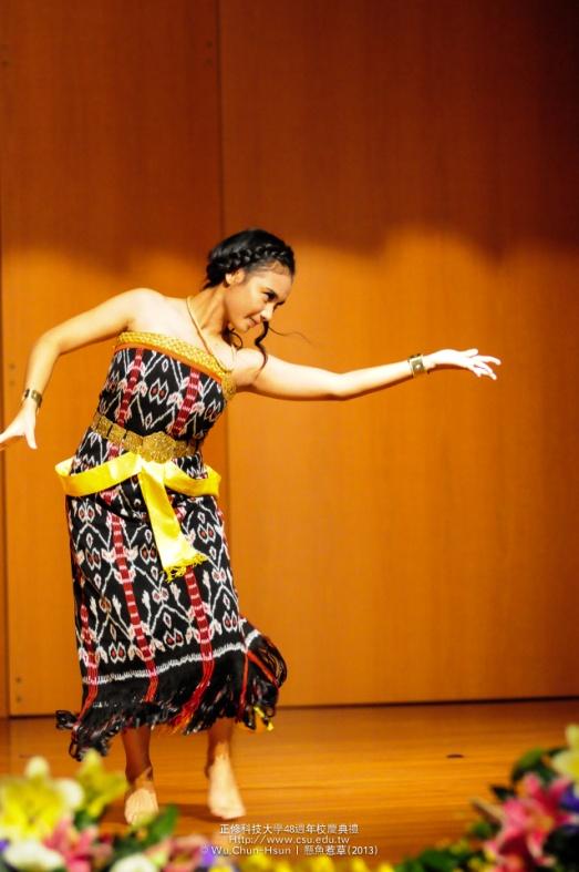 Mahasiswa HI Binus, Kathleen, membawakan tari tradisional Indonesia